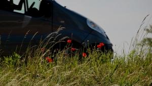 Auto met klaproos, beeld bij mobiliteitsgarantie